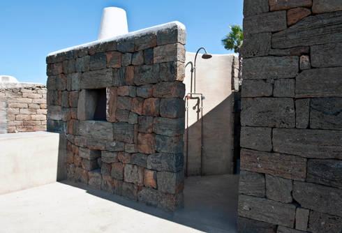 forno e doccia in pietra: Villa in stile  di Gianluca Bugeia ARCHITETTO