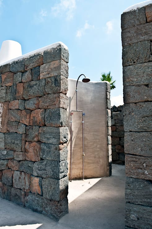 doccia esterna : Villa in stile  di Gianluca Bugeia ARCHITETTO