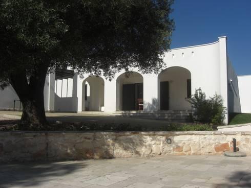 CASA SERRI: Case in stile in stile Mediterraneo di Studio De Biasi Architetto