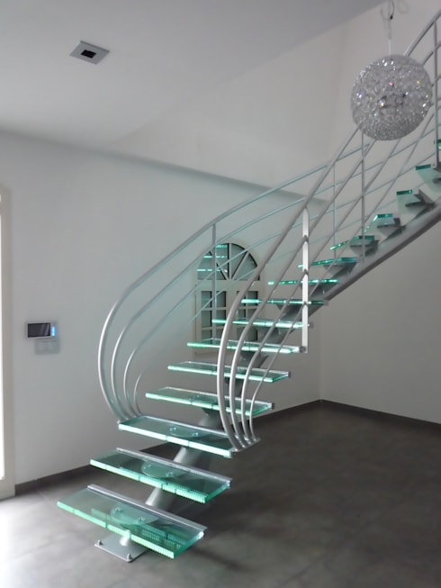 escalier design en verre: Couloir, entrée, escaliers de style  par La Stylique
