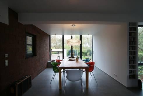 Wohnzimmer-Erweiterung im Anbau : minimalistische Häuser von in_design architektur