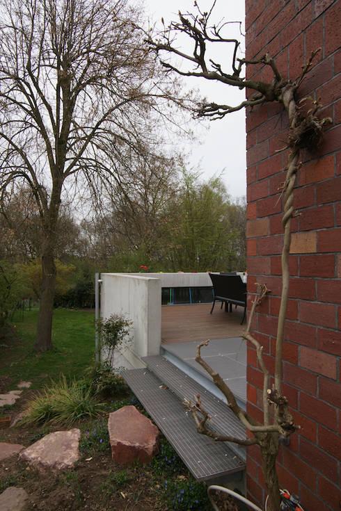 Blick in das Naturschutzgebiet: minimalistische Häuser von in_design architektur