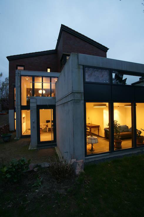 Nacht-Ansicht des Sichtbeton-Anbaus: minimalistische Häuser von in_design architektur