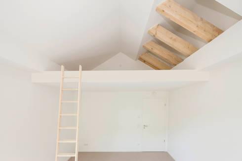 Schlafebene im Kinderzimmer :  Wände von in_design architektur