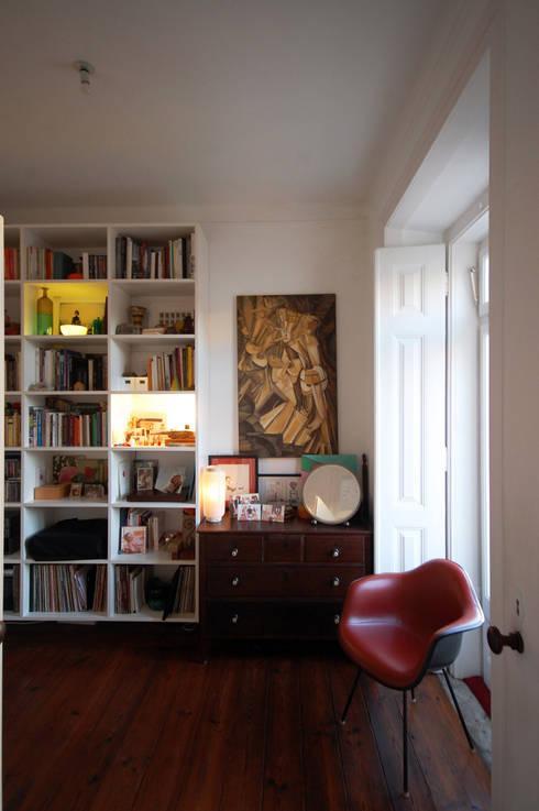 Apartamento Pedras Negras (2012): Quartos minimalistas por pedro pacheco arquitectos