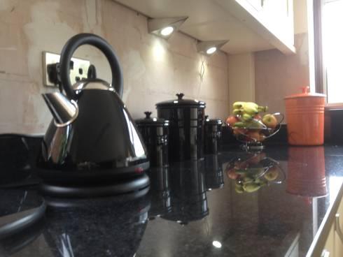 Cream shaker with black granite worktops: classic Kitchen by Henley McKay Kitchens