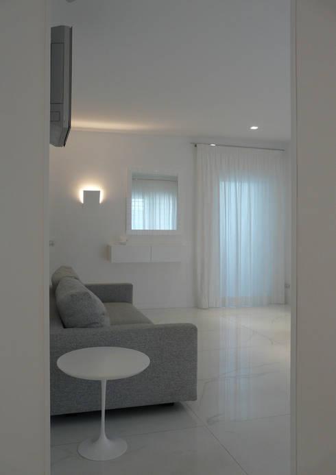 ESTETICA FUNZIONALE: Soggiorno in stile in stile Moderno di db_studio| Architetto Barbara De Liso