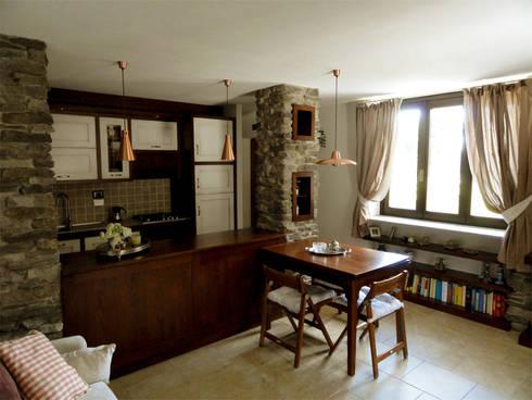 Zona giorno: Case in stile in stile Rustico di Errequadro Progetto