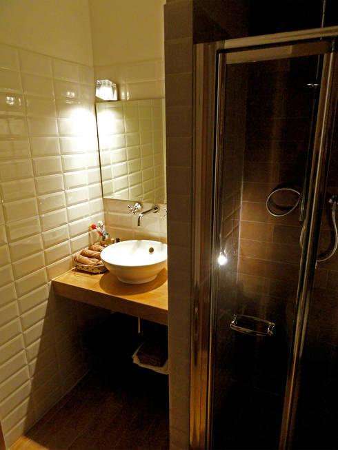 Bagno zona notte: Case in stile in stile Rustico di Errequadro Progetto