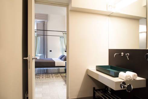 Ospitalità contemporanea in un edificio storico: Hotel in stile  di Francesca Ignani Interiors