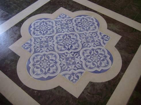 decoro '700 colleggio blu: Pareti & Pavimenti in stile in stile Classico di  Ceramiche Militello