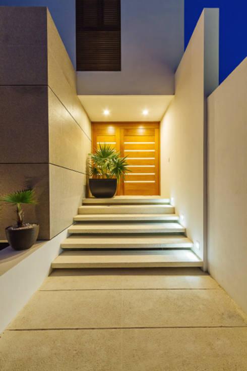 Pasillos y hall de entrada de estilo  por Enrique Cabrera Arquitecto
