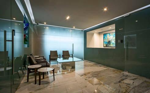 Lobby Oficinas Prology: Estudios y oficinas de estilo moderno por PASQUINEL Studio