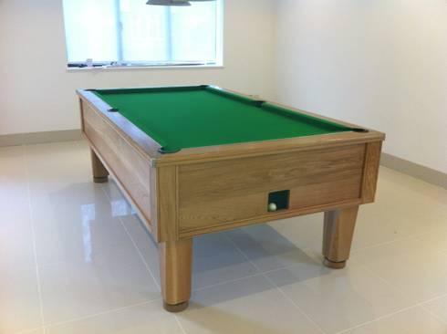 8ft solid oak English pool table: minimalistic Living room by John Bennett (Billiards) Ltd