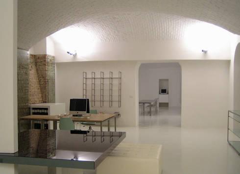 contemporary store: Studio in stile in stile Minimalista di studiooxi