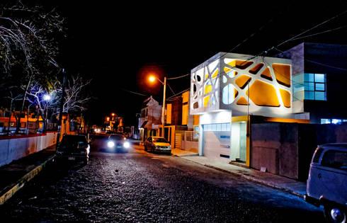 Vista iluminacion nocturna: Casas de estilo moderno por Gerardo ars arquitectura