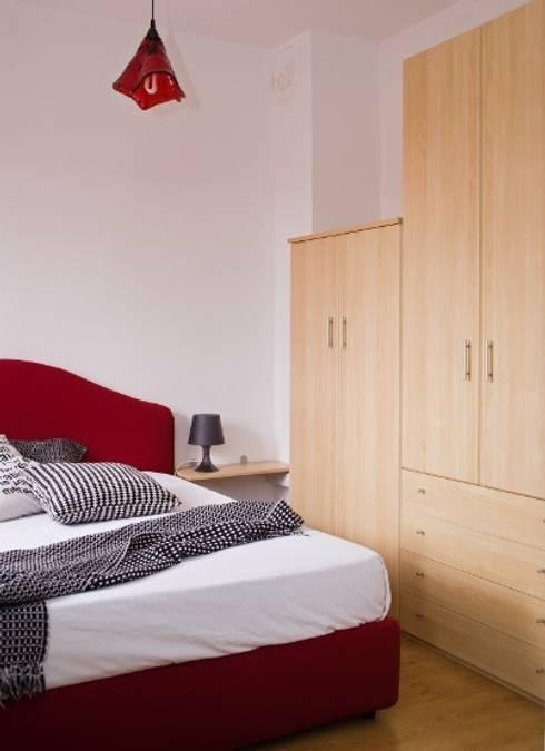 camera dopo con gli armadi che prima erano in cucina -soggiorno:  in stile  di  Mariagrazia Guarini Home Stager & interior Design