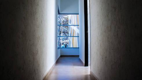 Vista pasillo: Pasillos y recibidores de estilo  por Gerardo ars arquitectura