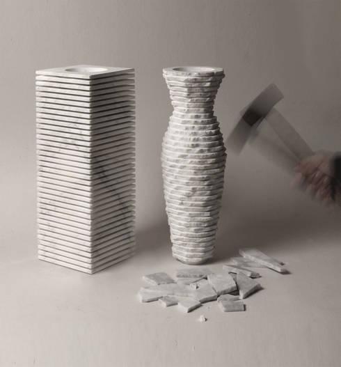 Introverso2_marble vase: Casa in stile  di PAOLO ULIAN & MORENO RATTI