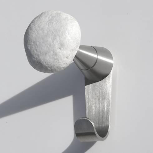 STONES Plus, appendiabiti da parete: Ingresso, Corridoio & Scale in stile in stile Eclettico di Insilvis Divergent Thinking