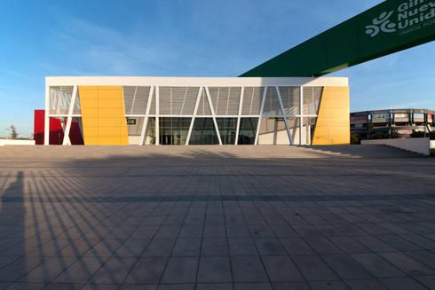 Gimnasio Nuevo León Unido : Gimnasios de estilo moderno por Arq. Bernardo Hinojosa