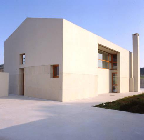 Casa In Gardélegui: Casa in stile  di Roberto Ercilla