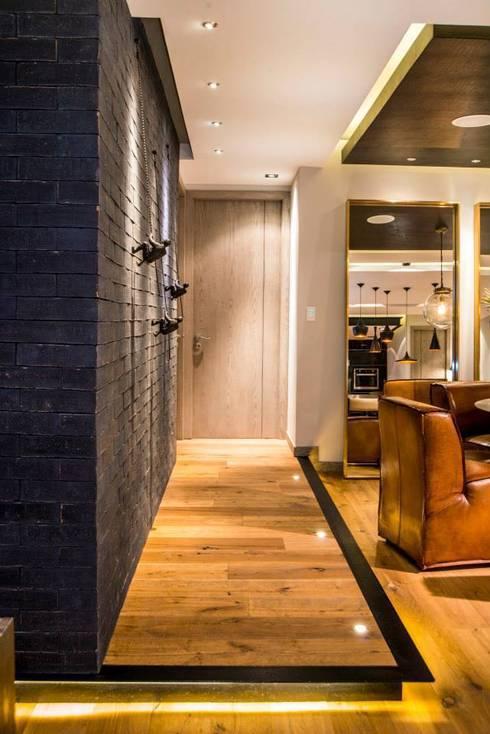 Veramonte I: Pasillos y recibidores de estilo  por Sobrado + Ugalde Arquitectos
