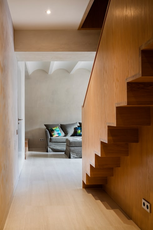 Dúplex en Gracia: Escaleras de estilo  de ZEST Architecture