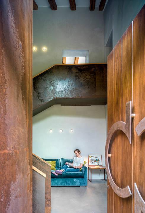 Villa CP: Salones de estilo rústico de ZEST Architecture