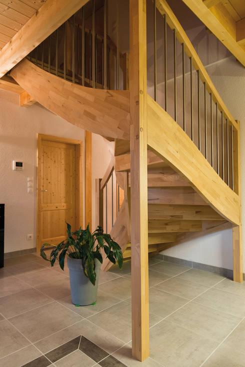 Vestíbulos, pasillos y escaleras de estilo  por BayernBlock - HultaHaus