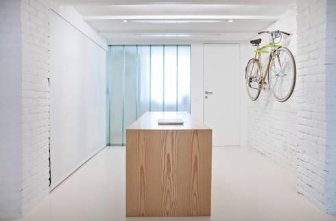 Tavolo: Studio in stile in stile Minimalista di R3ARCHITETTI