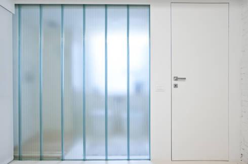 U-Glass: Studio in stile in stile Minimalista di R3ARCHITETTI