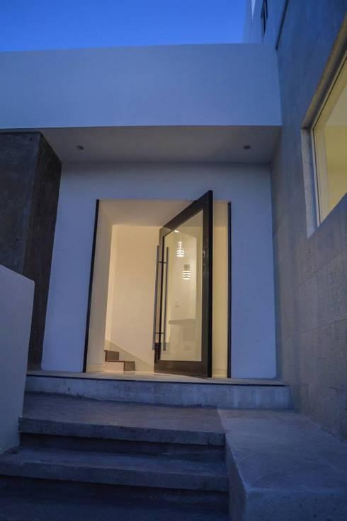 Residencia Armenia: Puertas y ventanas de estilo moderno por Superficie Actual