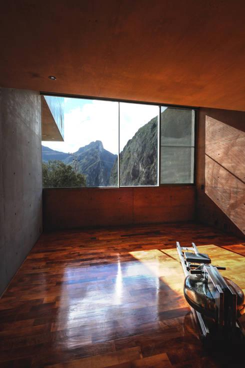 Casa Narigua : Gimnasios de estilo moderno por P+0 Arquitectura