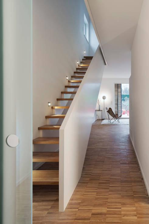 Projekty,  Korytarz, przedpokój zaprojektowane przez Maedebach & Redeleit Architekten