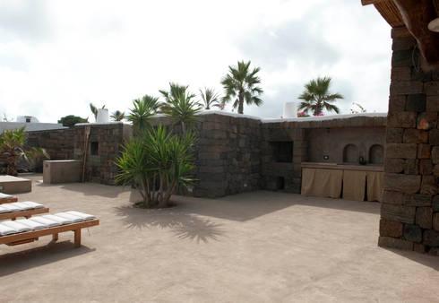 patio esterno: Villa in stile  di Gianluca Bugeia ARCHITETTO