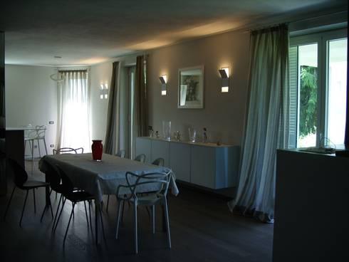 Calore minimale: Sala da pranzo in stile in stile Moderno di Inarte Progetti di Lucio Mana