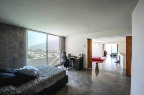 Casa IPE: Recámaras de estilo moderno por P+0 Arquitectura