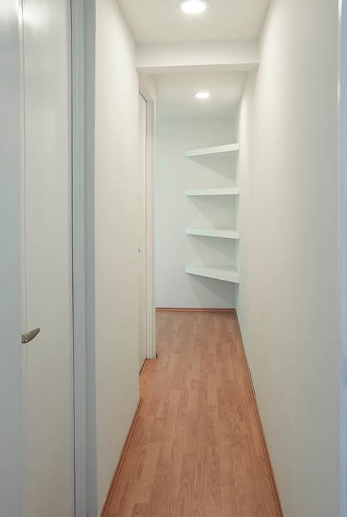Pasillo interior departamento: Casas de estilo moderno por RECON Arquitectura