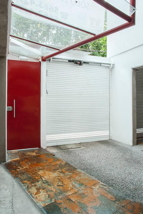 Accesos vista interior: Casas de estilo moderno por RECON Arquitectura