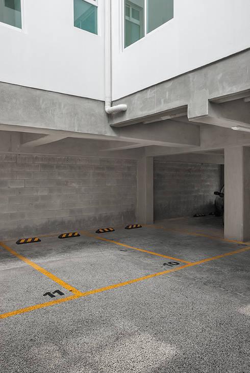 Estacionamiento en planta baja: Casas de estilo moderno por RECON Arquitectura