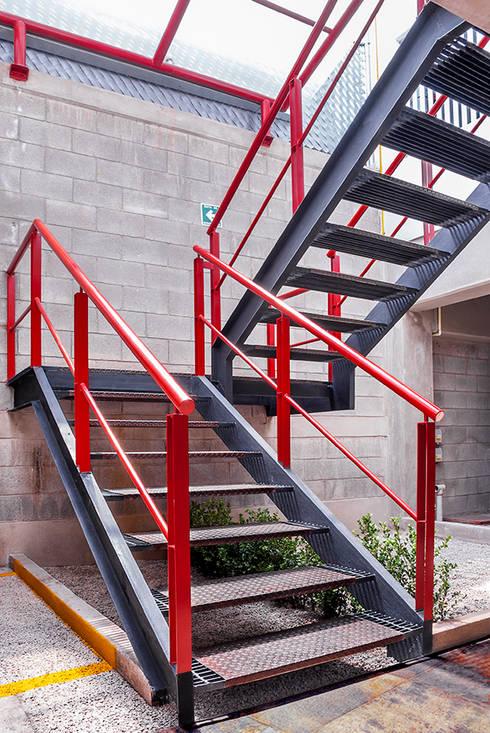 Escaleras en planta de estacionamiento: Casas de estilo moderno por RECON Arquitectura