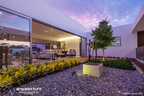Casa Kopché: Jardines de piedra de estilo  por Grupo Arquidecture