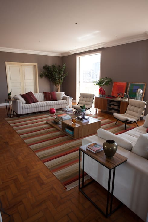 Residencia ERB: Sala de estar  por Mia Arquitetura