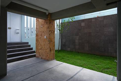 Acceso peatonal y área jardinada: Casas de estilo moderno por RECON Arquitectura