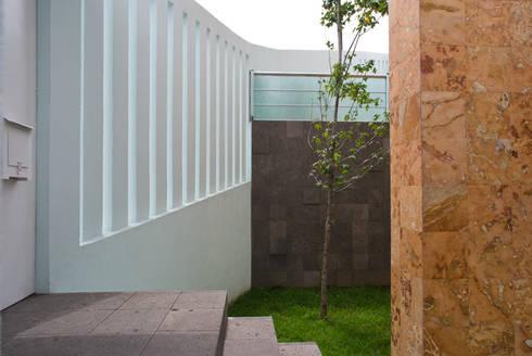 Área jardinada y barda  delimitante : Casas de estilo moderno por RECON Arquitectura