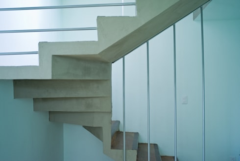 Vista lateral de escaleras: Casas de estilo moderno por RECON Arquitectura