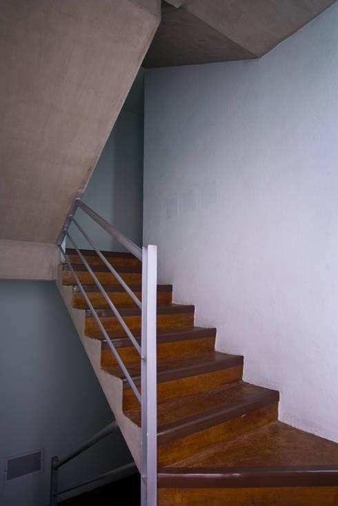 Circulación vertical: Casas de estilo moderno por RECON Arquitectura