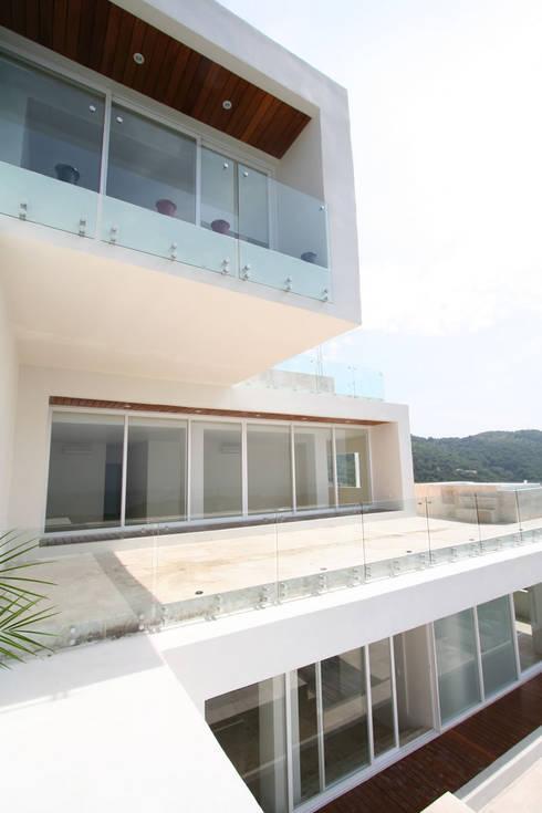 Casa blanca: Casas de estilo  por BNKR Arquitectura