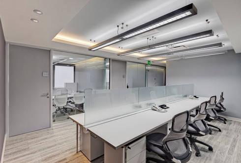 CRODA: Estudios y oficinas de estilo moderno por usoarquitectura